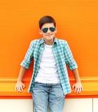 Beau port de sourire de garçon d'enfant lunettes de soleil et chemise Images stock