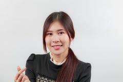Beau portrait asiatique de visage de femme avec le sourire heureux, geste de coeur de doigt d'exposition Images stock