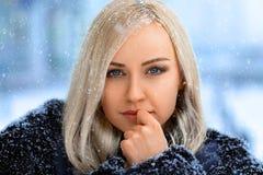 Beau portrait blond de fille sous la neige image stock