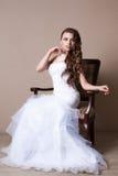 Beau portrait blond de jeune mariée dans le studio Photo libre de droits