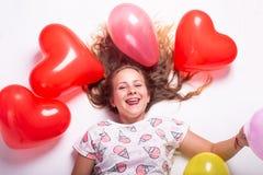 Beau portrait d'une fille avec des ballons, beau portrait de croissance d'une fille avec des boules image libre de droits