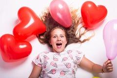 Beau portrait d'une fille avec des ballons, beau portrait de croissance d'une fille avec des boules images stock