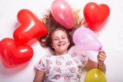 Beau portrait d'une fille avec des ballons, beau portrait de croissance d'une fille avec des boules photo stock