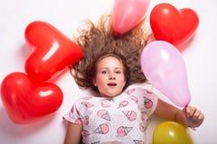 Beau portrait d'une fille avec des ballons, beau portrait de croissance d'une fille avec des boules photographie stock libre de droits