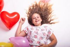Beau portrait d'une fille avec des ballons, beau portrait de croissance d'une fille avec des boules images libres de droits