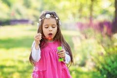Beau portrait de beau bubb de soufflement doux de savon de petite fille Images stock