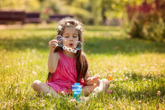 Beau portrait de beau bubb de soufflement doux de savon de petite fille Photographie stock
