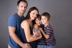 Beau portrait de famille, père, mère et trois garçons, lookin photographie stock