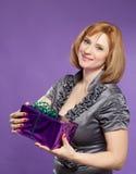 Beau portrait de femme avec la boîte actuelle photographie stock libre de droits
