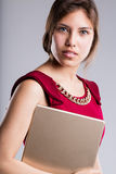 Beau portrait de femme d'affaires de yeux avec le comprimé Photos stock