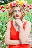 Beau portrait de femme extérieur avec les fleurs colorées photos libres de droits