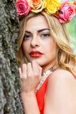 Beau portrait de femme extérieur avec les fleurs colorées image libre de droits