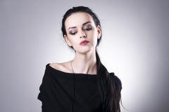 Beau portrait de femme sur un fond gris Renivellement professionnel photographie stock