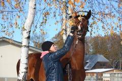 Beau portrait de fille d'adolescent et de cheval de baie en automne Photos libres de droits