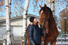 Beau portrait de fille d'adolescent et de cheval de baie en automne Photographie stock