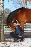 Beau portrait de fille d'adolescent et de cheval de baie en automne Photographie stock libre de droits