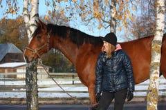 Beau portrait de fille d'adolescent et de cheval de baie en automne Photos stock