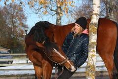 Beau portrait de fille d'adolescent et de cheval de baie en automne Images libres de droits