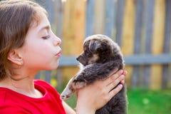 Beau portrait de fille d'enfant avec le chienchien de chiwawa de chiot Photographie stock