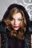Beau portrait de fille dans le manteau de fourrure Photos stock
