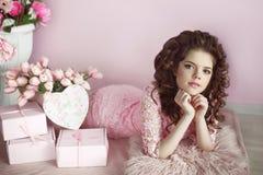 Beau portrait de fille de jeune adolescent, surprise romantique Brunette Images libres de droits