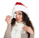 Beau portrait de fille habillé dans jouet de flocon de neige d'exposition de chapeau de Santa le grand Fond d'isolement par blanc Images libres de droits