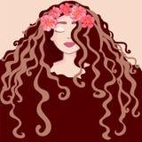 Beau portrait de jeune fille avec la guirlande des fleurs longs cheveux, coiffures bouclées de salon de coiffure et vecteur à la  illustration libre de droits