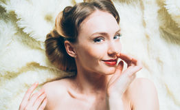 Beau portrait de jeune fille de sourire dans le rétro style Image stock