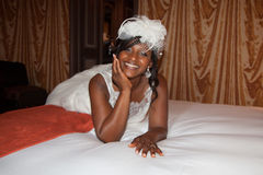 Beau portrait de jeune mariée d'afro-américain avec le voile au-dessus de son visage Photos stock