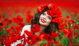Beau portrait de l'adolescence de sourire heureux de fille avec les fleurs rouges sur h Image stock