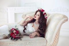 Beau portrait de mariage de jeune mariée de brune Maquillage rouge de lèvres long Image libre de droits
