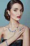 Beau portrait de modèle avec des bijoux cuir de jupe de fille de brunette Maquillage parfait Photographie stock libre de droits