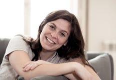 Beau portrait de mode de vie de jeune femme heureux et d?tendu ? la maison images stock