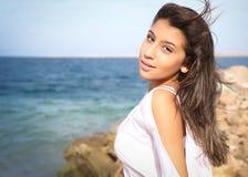 Beau portrait de visage de jeune fille, cheveux bruns et sourire gentil, regard de mannequin Photographie stock libre de droits