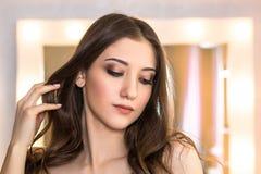Beau portrait de visage de fille avec le maquillage sur le backgr de miroir de maquillage Photos stock