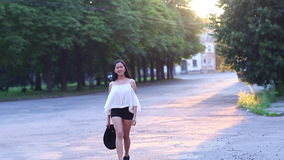 Beau portrait femelle de fille asiatique marchant loin pour exposer au soleil banque de vidéos