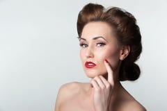 Beau portrait de femme de cru avec la coiffure d'années '40 Image libre de droits