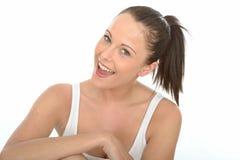 Beau portrait heureux de jeune femme examinant le sourire d'appareil-photo image stock