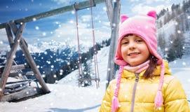Beau portrait heureux de petite fille au-dessus de l'hiver Photo libre de droits