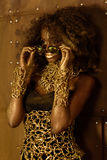 Beau portrait renversant d'une jeune femme d'afro-américain avec les cheveux Afro Fille utilisant les lunettes de soleil à la mod Images stock