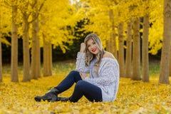 Beau Posing In modèle blond un champ des feuilles jaunes Photo libre de droits