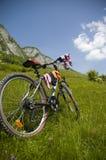 Beau pré avec la bicyclette et les chaussettes Photographie stock libre de droits