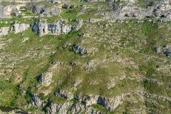 Beau pré de vallée d'herbe verte avec la montagne et le hikin de roche Image stock