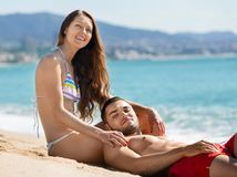 Beau prendre un bain de soleil heureux d'amants Images stock