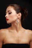 Beau profil modèle femelle de visage dans des boucles d'oreille d'anneau de mode Photographie stock libre de droits