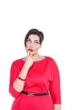 Beau réfléchi plus la femme de taille regardant sur quelque chose  Photo stock