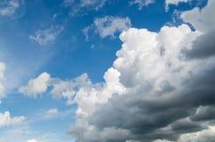 Beau résumé de ciel bleu et de nuage, utilisé comme fond et texture image stock