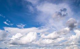 Beau résumé de ciel bleu et de nuage, utilisé comme fond et texture photographie stock