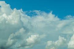 Beau résumé de ciel bleu et de nuage, utilisé comme fond et texture images libres de droits