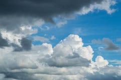 Beau résumé de ciel bleu et de nuage, utilisé comme fond et texture photo libre de droits